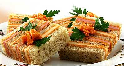 Мясные блюда.  Рецепт - полосатый бутерброд с сыром и колбасой.